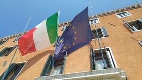 Markierungsfahnen von Italien und von Europäischer Gemeinschaft Stockbilder
