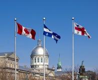 Markierungsfahnen von Kanada, von Quebec und von Montreal im alten Kanal lizenzfreies stockbild