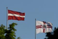 Markierungsfahnen von Lettland und Markierungsfahnen von Riga stockbild