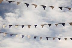 Markierungsfahnen vor bewölktem Himmel Lizenzfreie Stockbilder