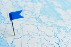 Markierungsfahnenblau ein Stift von der blauen Karte lizenzfreie stockfotografie