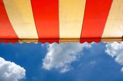 Markise über hellem sonnigem blauem Himmel Stockfoto