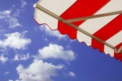 Markise über hellem sonnigem blauem Himmel Stockfotos