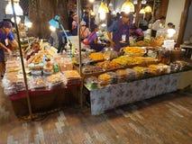 Marknad Bangkok, Thailand f?r vatten f?r symbolsSiam galleria inomhus royaltyfria foton
