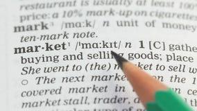 Marknad blyertspenna som pekar på definition i engelsk ordlista, innovativ affär arkivfilmer