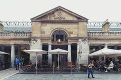 Marknad för Covent trädgård som omges av historiska byggnader, teatrar och underhållninglättheter i den Westminster staden, störr arkivfoton