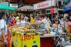 Marknad för kineskvartergatamat i Bangkok, Thailand Royaltyfria Bilder