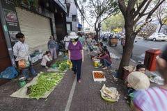 Marknad för morgongrönsakgata i Ho Chi Minh, Vietnam Royaltyfri Bild