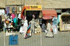 Marknad för turister nära den Hatshepsut templet egypt Arkivbilder