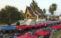 Marknad framme av templet Royaltyfri Foto