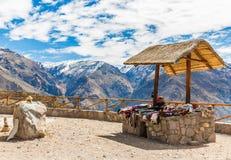 Marknad gatuförsäljare, Colca kanjon, Peru, Sydamerika. Färgrik filt, halsduk, torkduk, ponchoar från   ull av alpaca, lama Arkivbilder