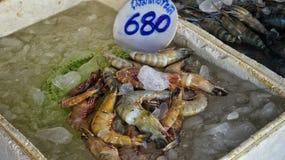 Marknad i Thailand med fiskar Arkivbild