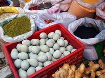 Marknad, påsar av bönor, korn, ägg och ingefära Arkivfoton