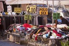 Marknaden använde kläder i Piazza Campo de Fiori i Rome (Italien) Arkivfoto