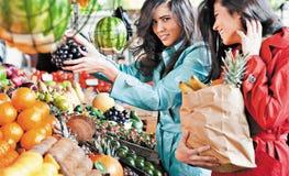 Marknaden bär frukt shoppingvänner fotografering för bildbyråer