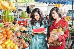Marknaden bär frukt shoppingvänner royaltyfria bilder