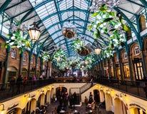 Marknaden för den Covent trädgården i London dekorerade för jul Royaltyfria Foton