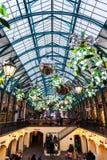 Marknaden för den Covent trädgården i London dekorerade för jul Arkivbild