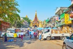 Marknaden på Shwedagon den östliga porten, Yangon, Myanmar royaltyfri foto