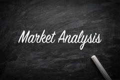 Marknadsanalys på svart tavla royaltyfri bild