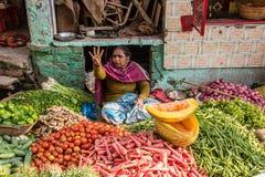 Marknadsbås på Varanasi Arkivfoto