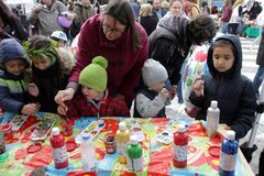 Marknadsför stora dekorativa ägg för ungemålarfärg på seminarium på påsk i gatan Fotografering för Bildbyråer