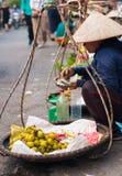 Marknadsföra damen som räknar pengar på gatan 2 Arkivfoton