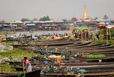 Marknadsföra på en by av Inle sjön, Burman ( Myanmar) Royaltyfri Foto