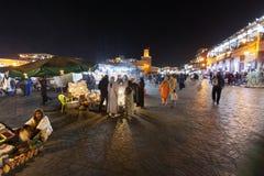 Marknadsföra på fyrkantiga Jemaa el Fna i Marrakech Arkivfoto