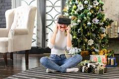 Marknadsförareflicka som använder virtuell verklighetexponeringsglas Royaltyfri Fotografi