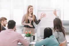 Marknadsföraren gör en presentation för affärslaget fotografering för bildbyråer