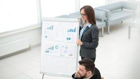Marknadsföraren gör en presentation för affärslaget royaltyfri foto