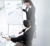 Marknadsföraren gör en presentation för affärslaget arkivfoton