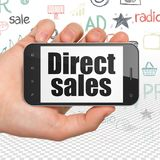 Marknadsföringsbegrepp: Hand som rymmer Smartphone med direktförsäljningar på skärm Arkivbild