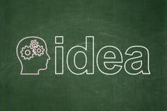 Marknadsföringsbegrepp: Head med kugghjul och idé på svart tavlabakgrund Arkivfoton