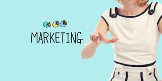 Marknadsföringsbegrepp med den unga kvinnan arkivfoton