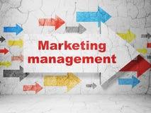 Marknadsföringsbegrepp: pil med marknadsföringsledning på grungeväggbakgrund Arkivfoto