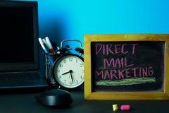 Marknadsföringsplanläggning för direkt post på bakgrund av arbetetabellen med kontorstillförsel royaltyfri bild