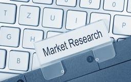 Marknadsforskning - mapp med text på datortangentbordet Arkivbilder