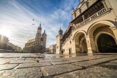 Marknadsfyrkant av Krakow, Polen, Europa royaltyfria foton