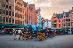 Marknadsfyrkant i Bruges med turister royaltyfri bild