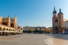 Marknadsfyrkant i mitten av staden av Krakow på en solig dag arkivfoto