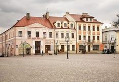 Marknadsfyrkant i Rzeszow poland Arkivfoton
