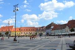 Marknadsfyrkant i Sibiu, europeisk huvudstad av kultur för året 2007 royaltyfri fotografi