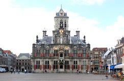 Marknadsfyrkant och Cityhall i delftfajans, Holland royaltyfri bild