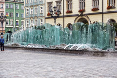 Marknadsfyrkant och modern springbrunn i Wroclaw Arkivbild