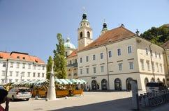 Marknadsfyrkant och St. Nicholas Cathedral Arkivbilder