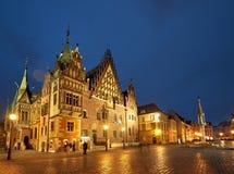 Marknadsfyrkant och stadshus i Wroclaw, Polen, på en regnig natt arkivbilder