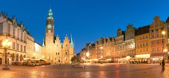 Marknadsfyrkant och stadshus på natten i Wroclaw, Polen arkivbilder