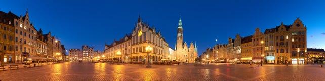 Marknadsfyrkant och stadshus på natten i Wroclaw, Polen royaltyfria bilder